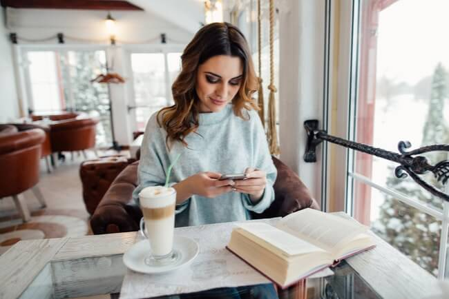 kvinna använder öppet wifi