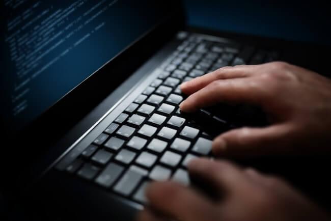 skriver på en dator