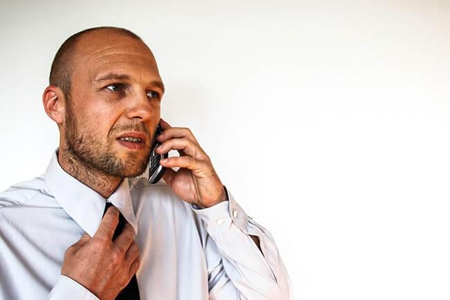 Man som pratar i telefonen