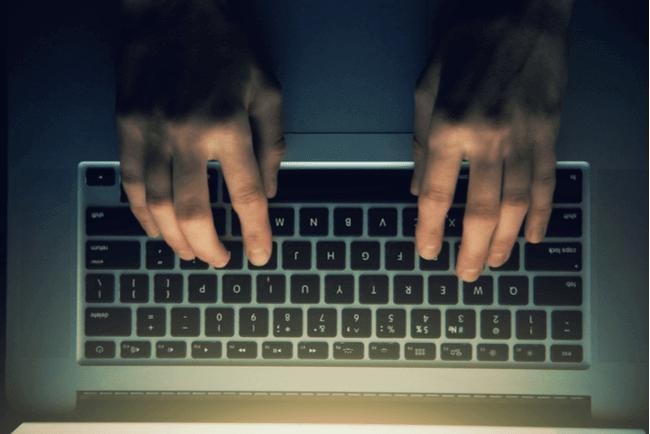 En bild på fingrar på ett tangentbord