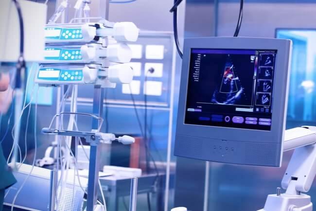 ultraljudsapparat och andra mätinstrument i ett sjukhusrum
