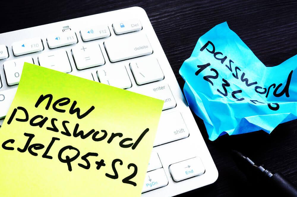 en penna och en lapp med lösenordet 123456 ligger på ett tangentbord