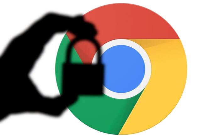 siluett av en hand som håller ett hänglås framför Google Chromes logga