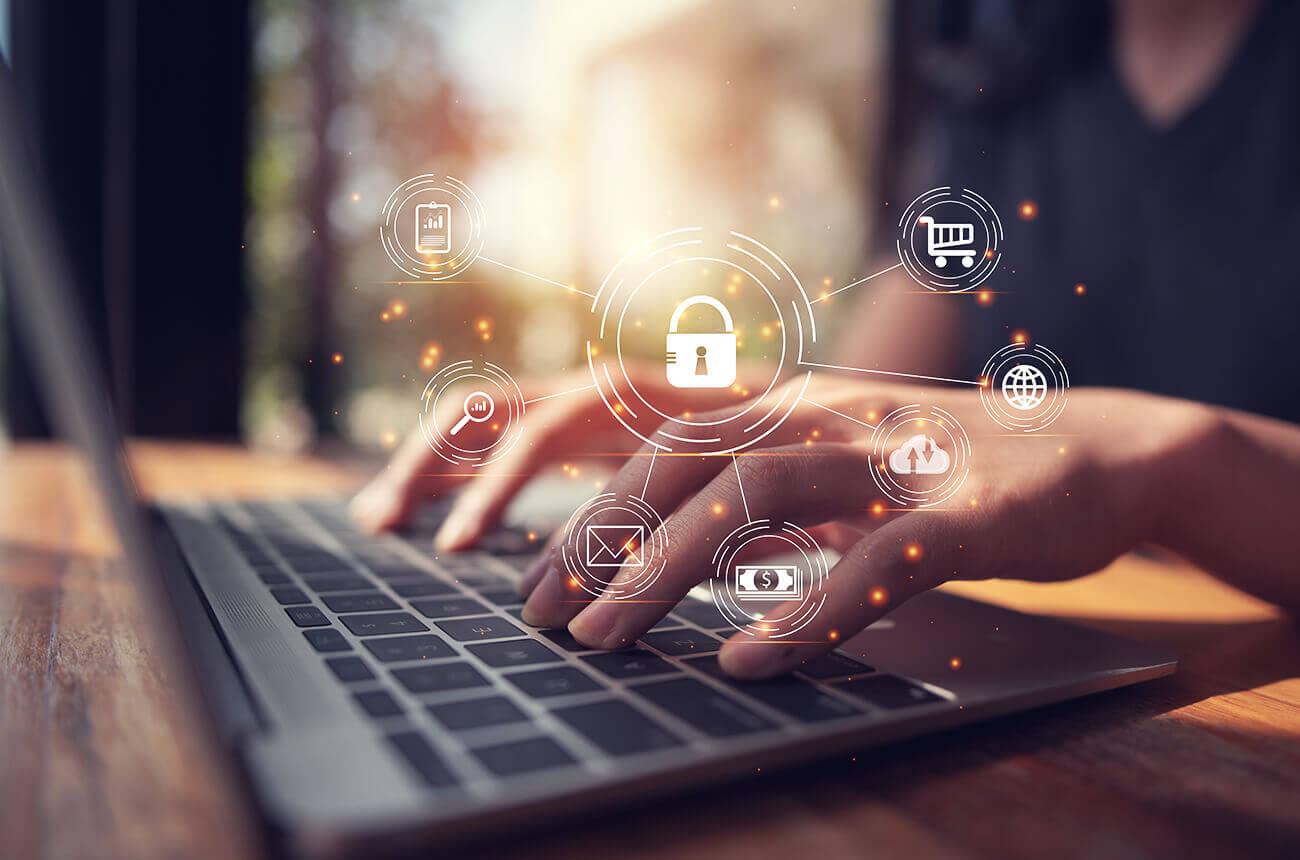 Närbild på dator och ett par händer som skriver på tangentbordet